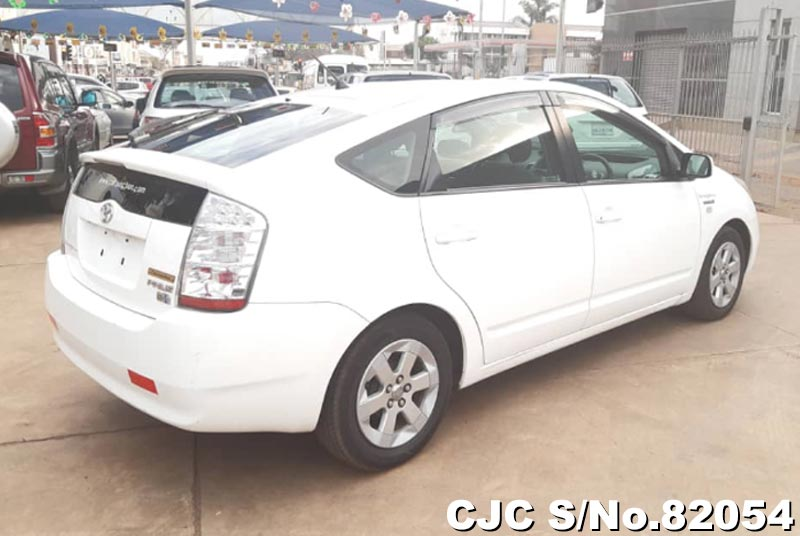 Toyota Prius Hybrid in White for Sale Image 2
