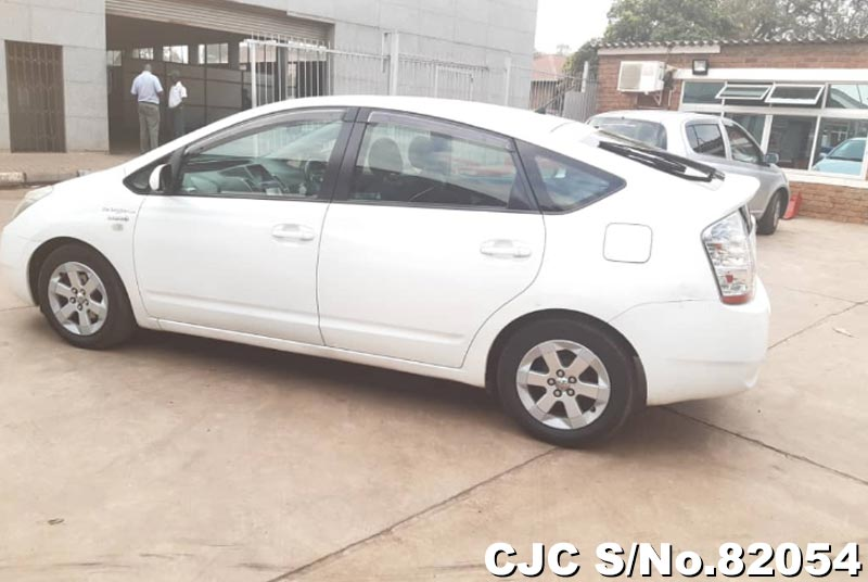 Toyota Prius Hybrid in White for Sale Image 9