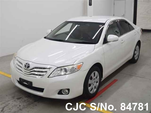 Toyota Camry in White for Sale Image 3