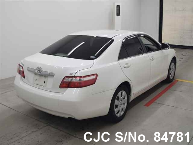 Toyota Camry in White for Sale Image 2